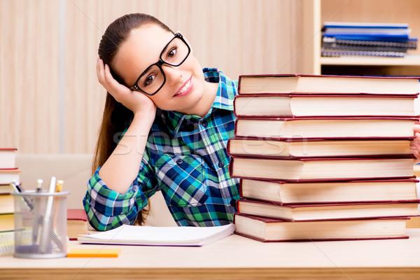 Foto stock: Jovem · feminino · estudante · exames · livros · educação