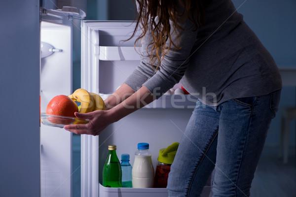 беременная женщина холодильник глядя продовольствие ночь Сток-фото © Elnur