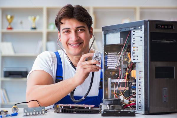 Számítógép szerelő javít asztali számítógép munka laptop Stock fotó © Elnur