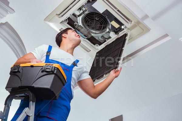 работник потолок кондиционер блок служба Сток-фото © Elnur