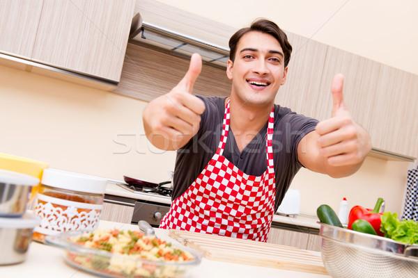 Uomo maschio cuoco cucina felice Foto d'archivio © Elnur