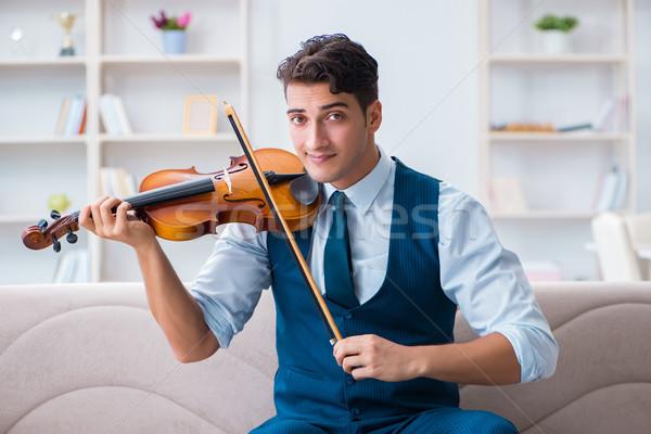 Jonge muzikant man oefenen spelen viool Stockfoto © Elnur