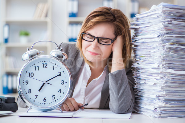Photo stock: Femme · d'affaires · travail · bureau · ordinateur · horloge · travaux