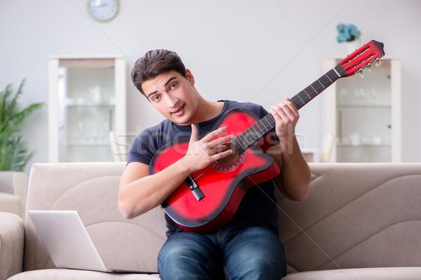 Foto stock: Moço · jogar · guitarra · casa · computador