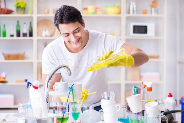Man genieten schotel wassen home Stockfoto © Elnur