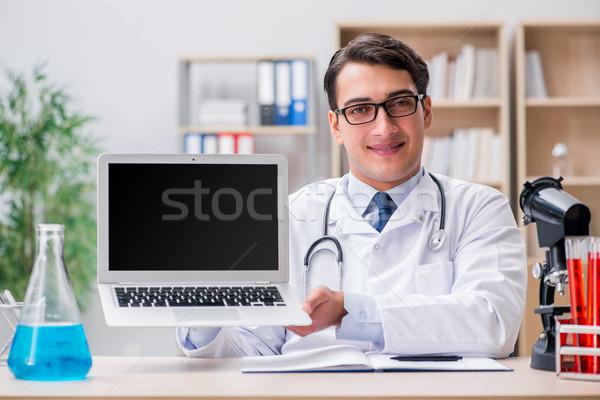 Fiatal felnőtt orvos laptop számítógép számítógép mosoly orvosi Stock fotó © Elnur