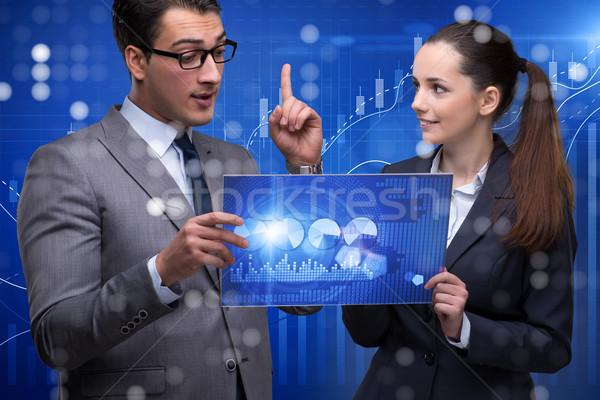 Pessoas de negócios discutir estoque traçar tendências dinheiro Foto stock © Elnur