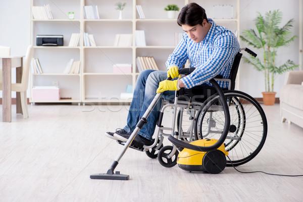Mozgássérült férfi takarítás otthon porszívó ház Stock fotó © Elnur