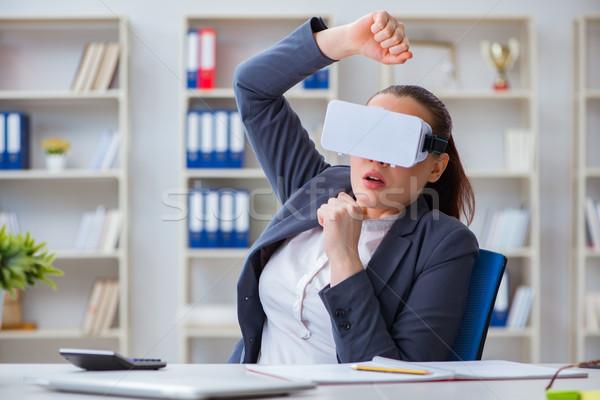 Kobieta interesu faktyczny rzeczywistość okulary biuro kobieta Zdjęcia stock © Elnur