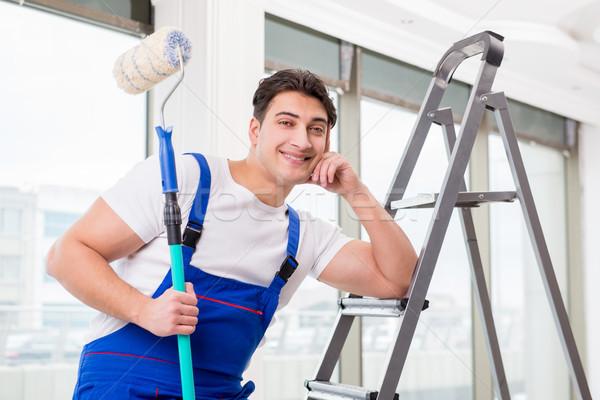 Festő szerelő dolgozik építkezés mosoly építkezés Stock fotó © Elnur