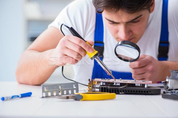 Számítógép szerelő javít asztali számítógép férfi szolgáltatás Stock fotó © Elnur