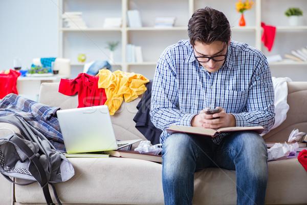 Jeune homme travail étudier salissant chambre ordinateur Photo stock © Elnur