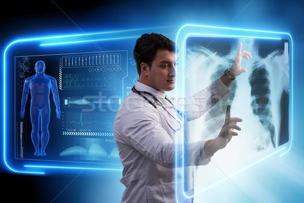 Mannelijke arts Xray afbeelding mri scannen arts Stockfoto © Elnur