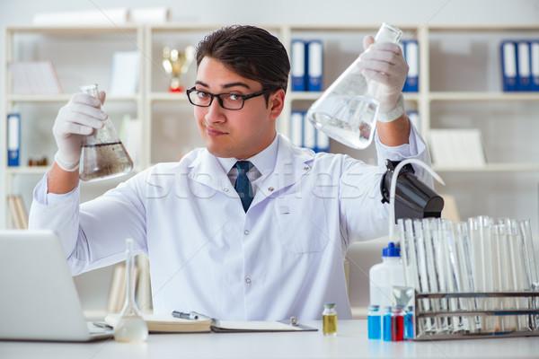 Jovem investigador cientista água corpo experiência Foto stock © Elnur