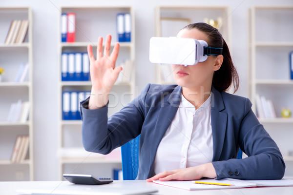 Mujer de negocios virtual realidad gafas oficina mujer Foto stock © Elnur
