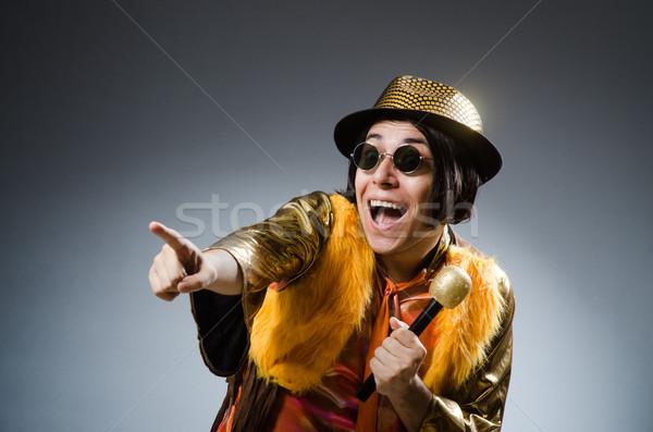 Joven cantando karaoke club micrófono rock Foto stock © Elnur