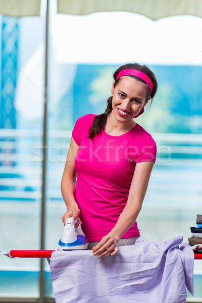 Jonge vrouw strijken kleding boord huis werk Stockfoto © Elnur
