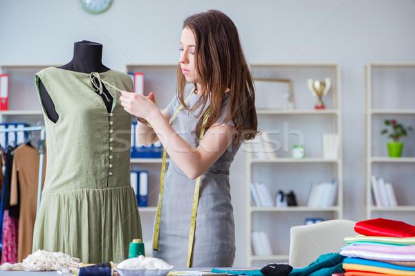 Vrouw kleermaker werken kleding naaien Stockfoto © Elnur