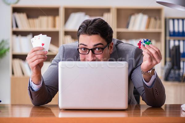 Empresário jogos de azar cartas de jogar trabalhar computador escritório Foto stock © Elnur