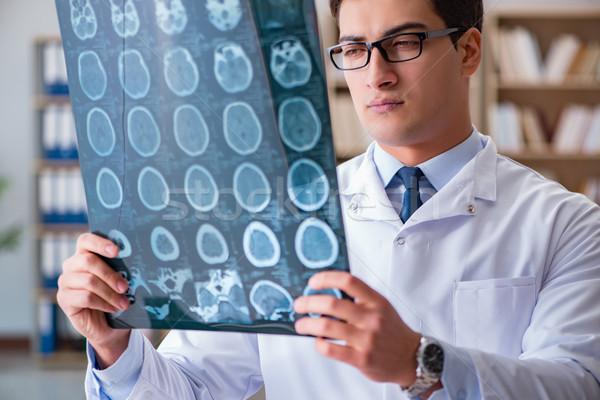 Stok fotoğraf: Genç · doktor · bakıyor · tomografi · xray · görüntü