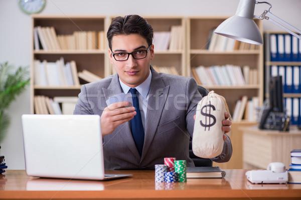 Foto stock: Empresário · jogos · de · azar · cartas · de · jogar · trabalhar · computador · homem