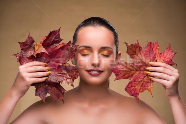 femei frumoase din frunză)