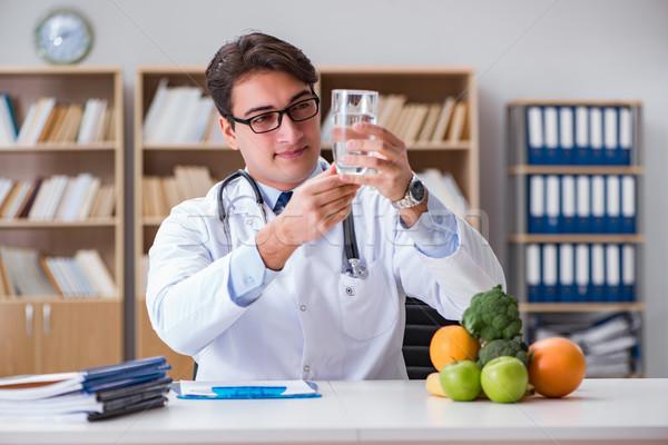 Scientifique étudier nutrition alimentaire eau Photo stock © Elnur