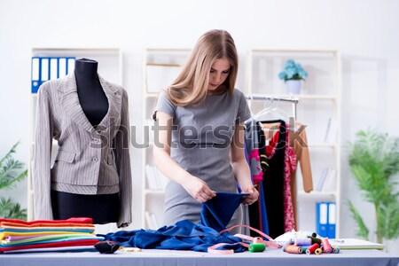 Jonge vrouw kleermaker werken workshop nieuwe jurk Stockfoto © Elnur