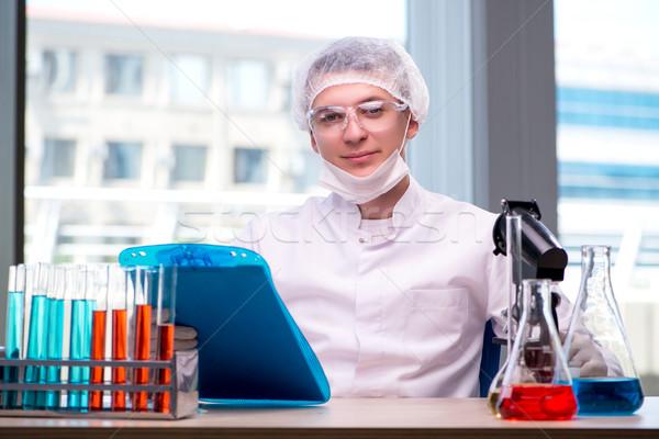 Jóvenes químico de trabajo laboratorio agua médicos Foto stock © Elnur