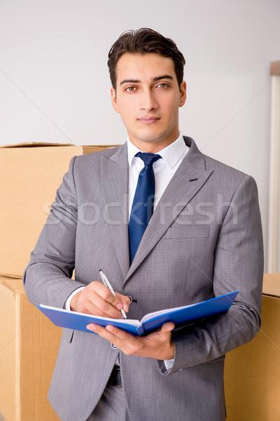 Man ondertekening levering dozen home vak Stockfoto © Elnur
