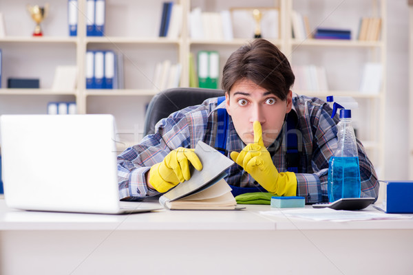 Człowiek czystsze poufny dokumentów biuro Zdjęcia stock © Elnur