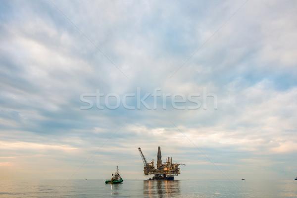 Zdjęcia stock: Platforma · wiertnicza · morza · działalności · niebo