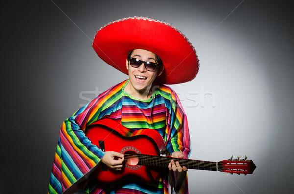 Adam kırmızı geniş kenarlı şapka oynama gitar müzik Stok fotoğraf © Elnur