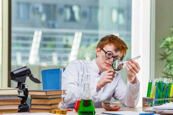 Jonge gek scheikundige werken lab boeken Stockfoto © Elnur