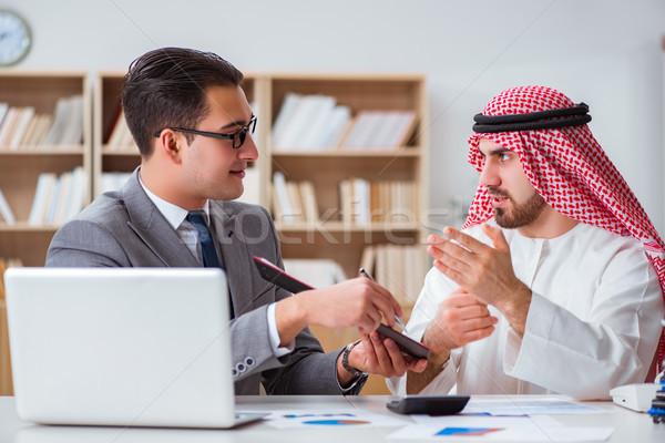 Różnorodny działalności Emiraty biznesmen biuro papieru Zdjęcia stock © Elnur