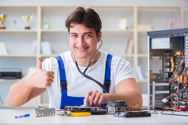Stock fotó: Számítógép · szerelő · javít · asztali · számítógép · férfi · technológia