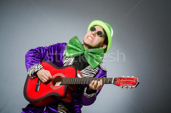 Engraçado homem jogar guitarra musical música Foto stock © Elnur