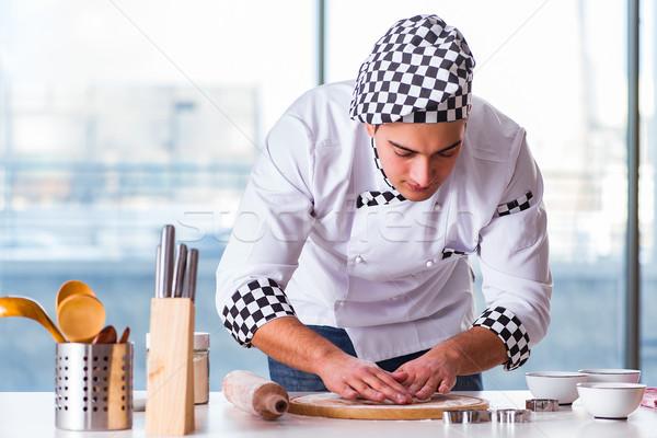 Stock fotó: Fiatalember · főzés · sütik · konyha · boldog · munka