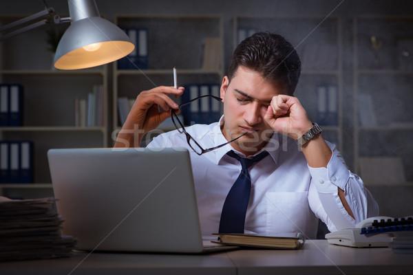 Zakenman stress roken kantoor laptop nacht Stockfoto © Elnur