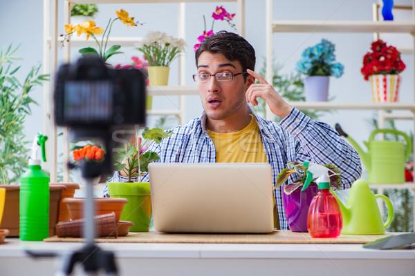 Człowiek kwiaciarz ogrodnik blogger strzelanie kamery wideo Zdjęcia stock © Elnur