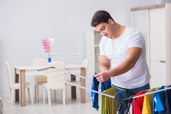 Om Spălătorie acasă muncă haine coş Imagine de stoc © Elnur