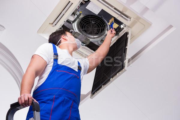 Trabalhador teto ar condicionado unidade escritório Foto stock © Elnur