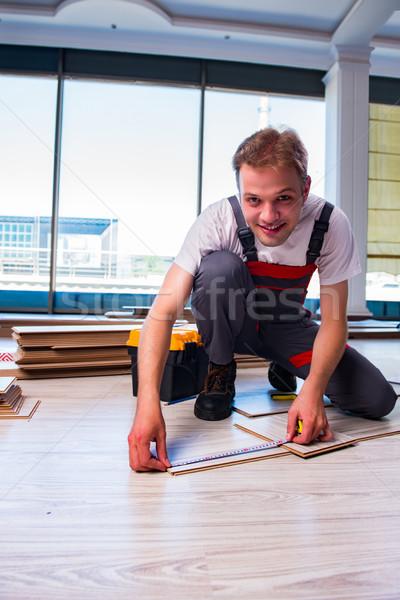 Mann Verlegung Bodenbelag Bau home Zimmer Stock foto © Elnur