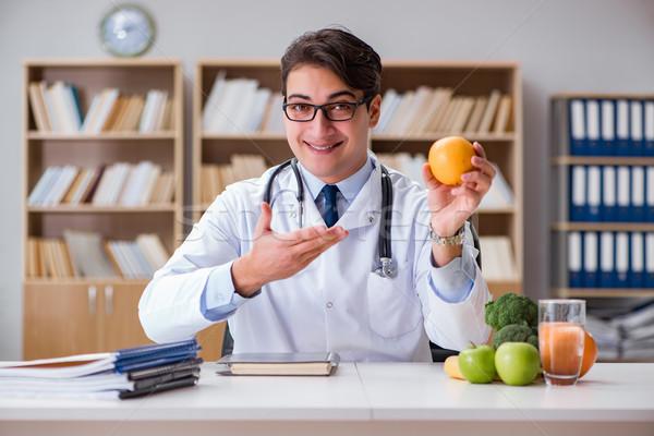 Cientista estudar nutrição comida mão Foto stock © Elnur