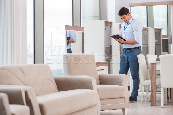 Ventes assistant meubles magasin affaires maison Photo stock © Elnur