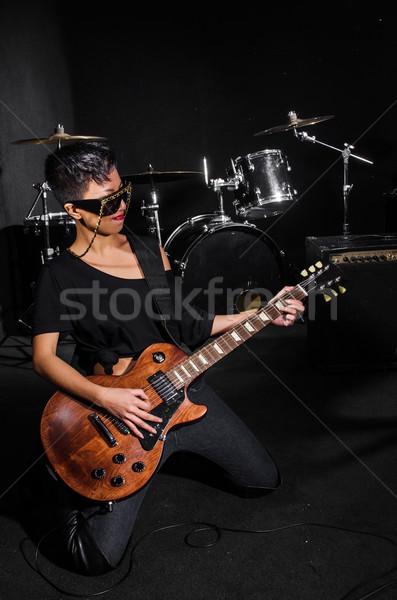 Photo stock: Jeune · femme · jouer · guitare · concert · musique · fête