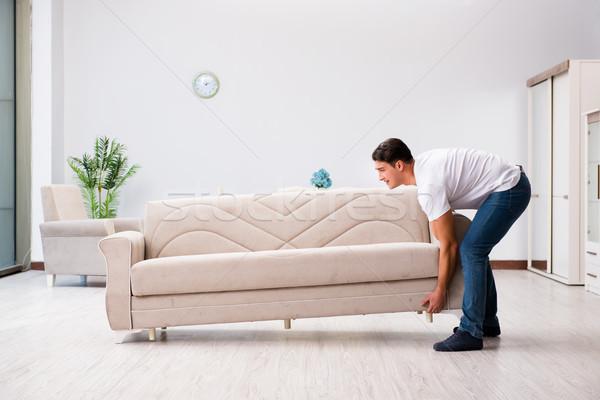 Photo stock: Jeune · homme · déplacement · meubles · maison · maison · heureux