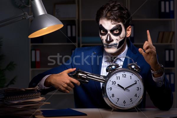 Zakenman scary gezicht masker werken laat Stockfoto © Elnur