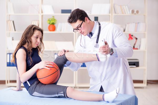 Férfi orvos elvesz törődés sportsérülés labda Stock fotó © Elnur