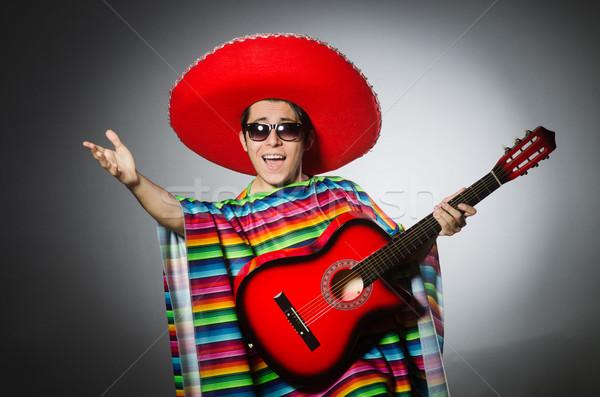 Adam kırmızı geniş kenarlı şapka oynama gitar parti Stok fotoğraf © Elnur